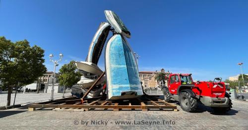 Toulon: Sept Bateaux empilés forment une Tour étrange sur la Place Monsenergue -